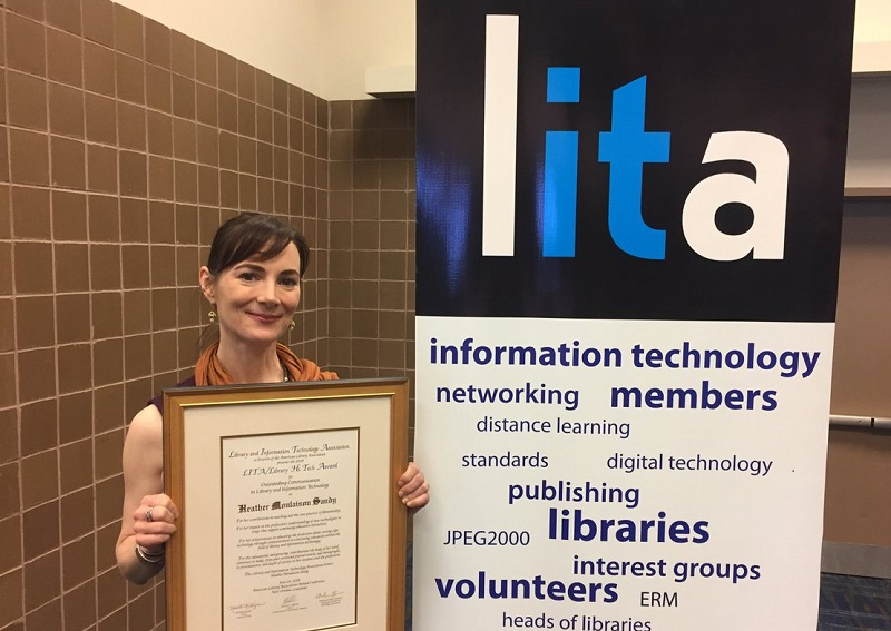 Moulaison Sandy receiving the LITA 2018 Communication award